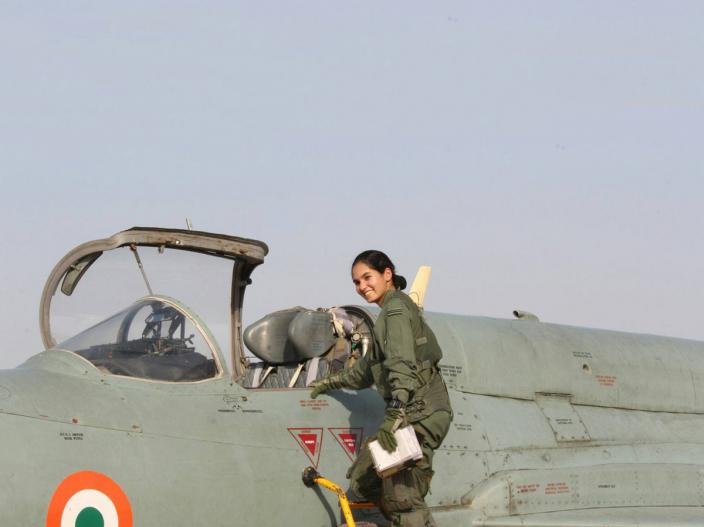 avani-chaturvedi-first-woman-fly-fighter-aircraft-1